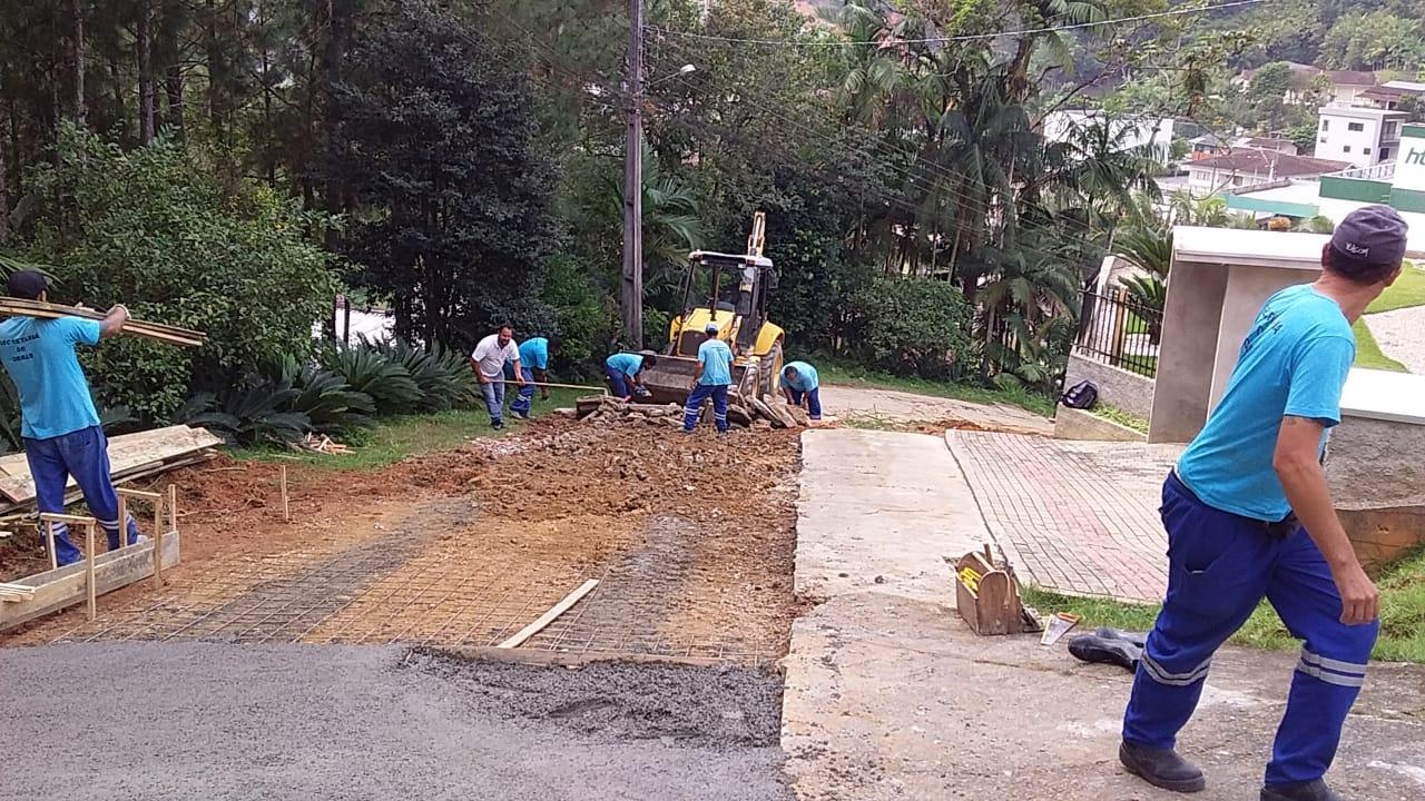 Equipes trabalham na repavimentação da rua Ovídio Graf, no bairro Paquetá, e no conserto de ponte na Limeira