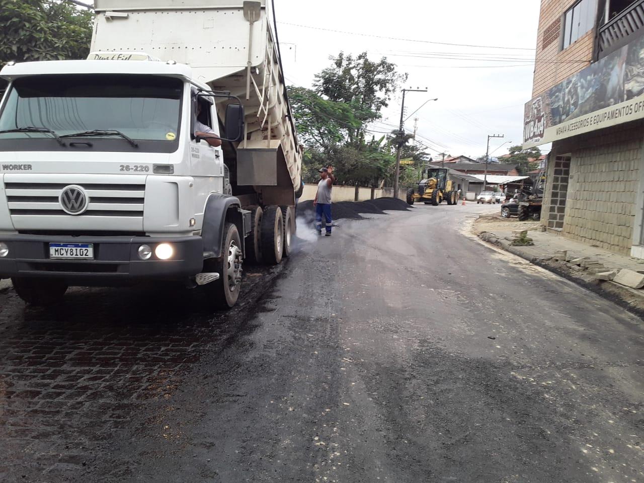 Secretaria de Obras executa a preparação para pavimentação asfáltica da rua Guilherme Steffen