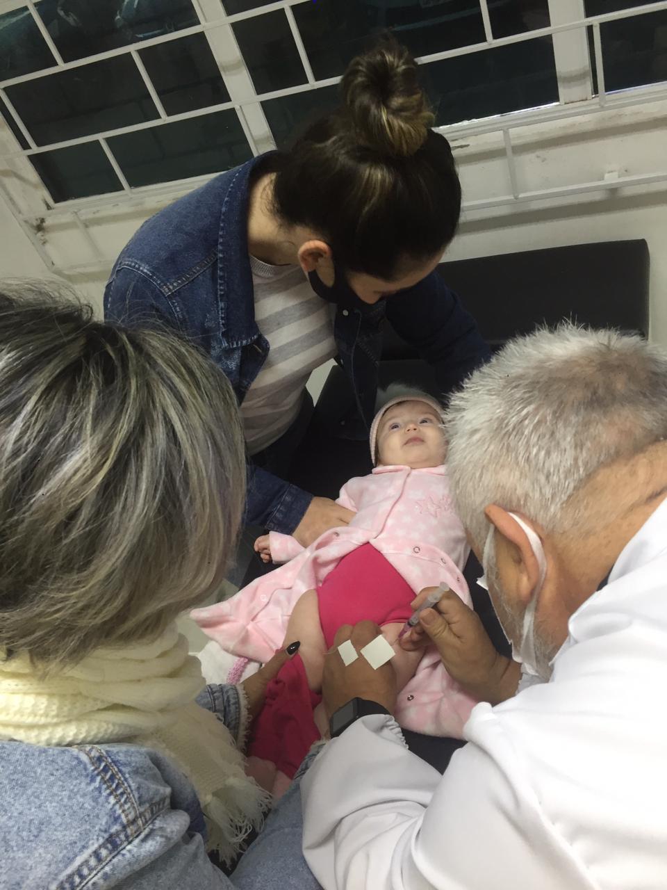 """""""Mais de mil pessoas são imunizadas na """"Noite D"""" de Vacina em Brusque"""