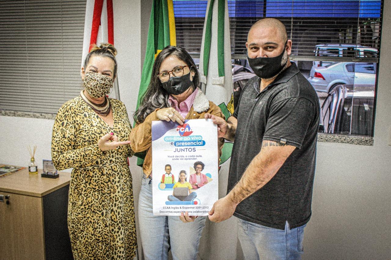 Samae assina termo de convênio com escola de idiomas