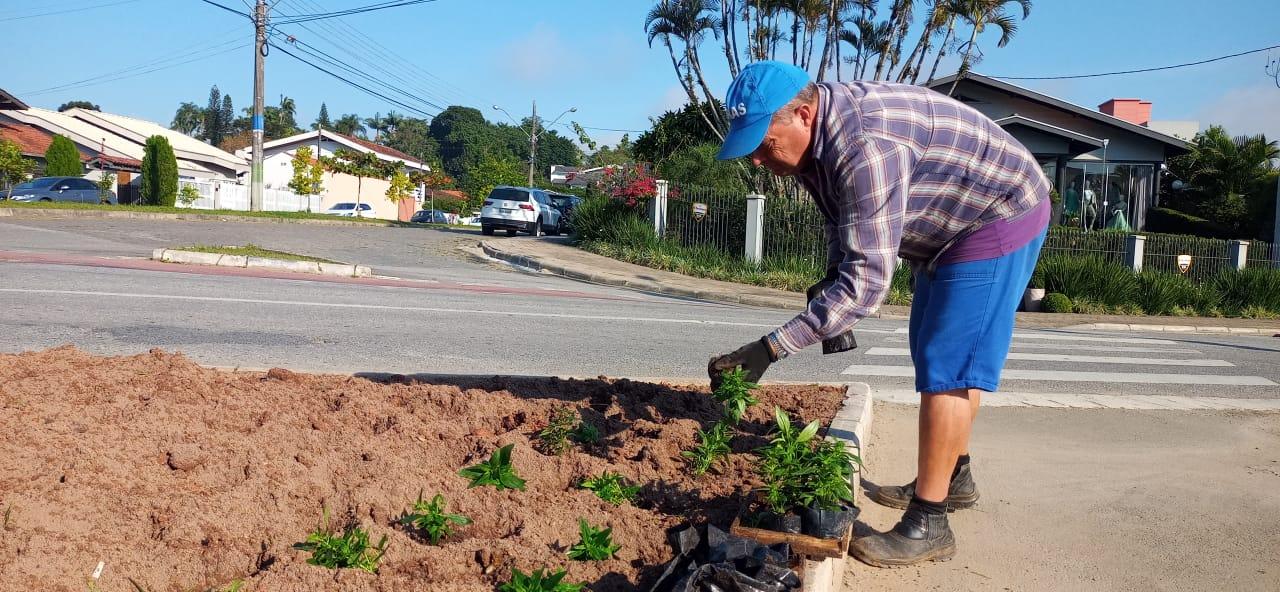 Secretaria de Obras abre novo acesso ao CMEI Clara Maria Furtado, no bairro Santa Luzia