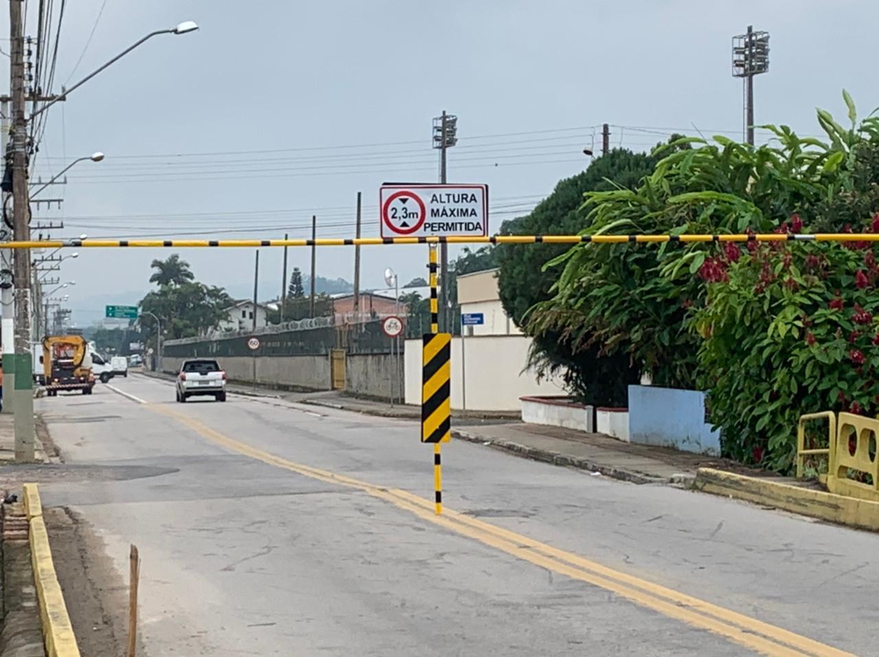 Ponte da rua Itajaí recebe trave de limitação de altura