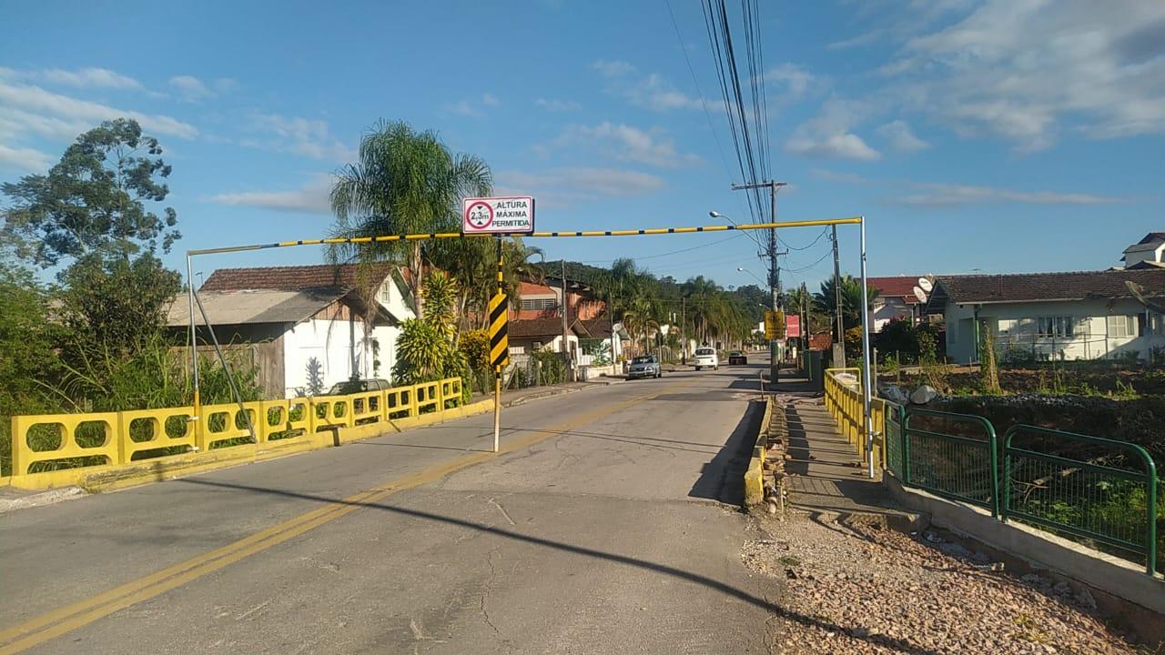 Trânsito na ponte da rua Itajaí é novamente liberado apenas para veículos leves