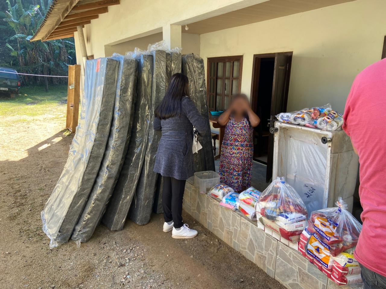 Prefeitura distribui itens de assistência humanitária no bairro Limeira