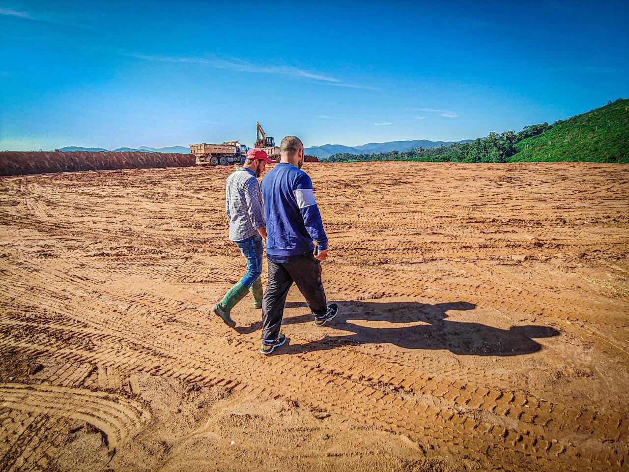 Após chuvas, empresa retoma terraplenagem em terreno da ETA Cristalina