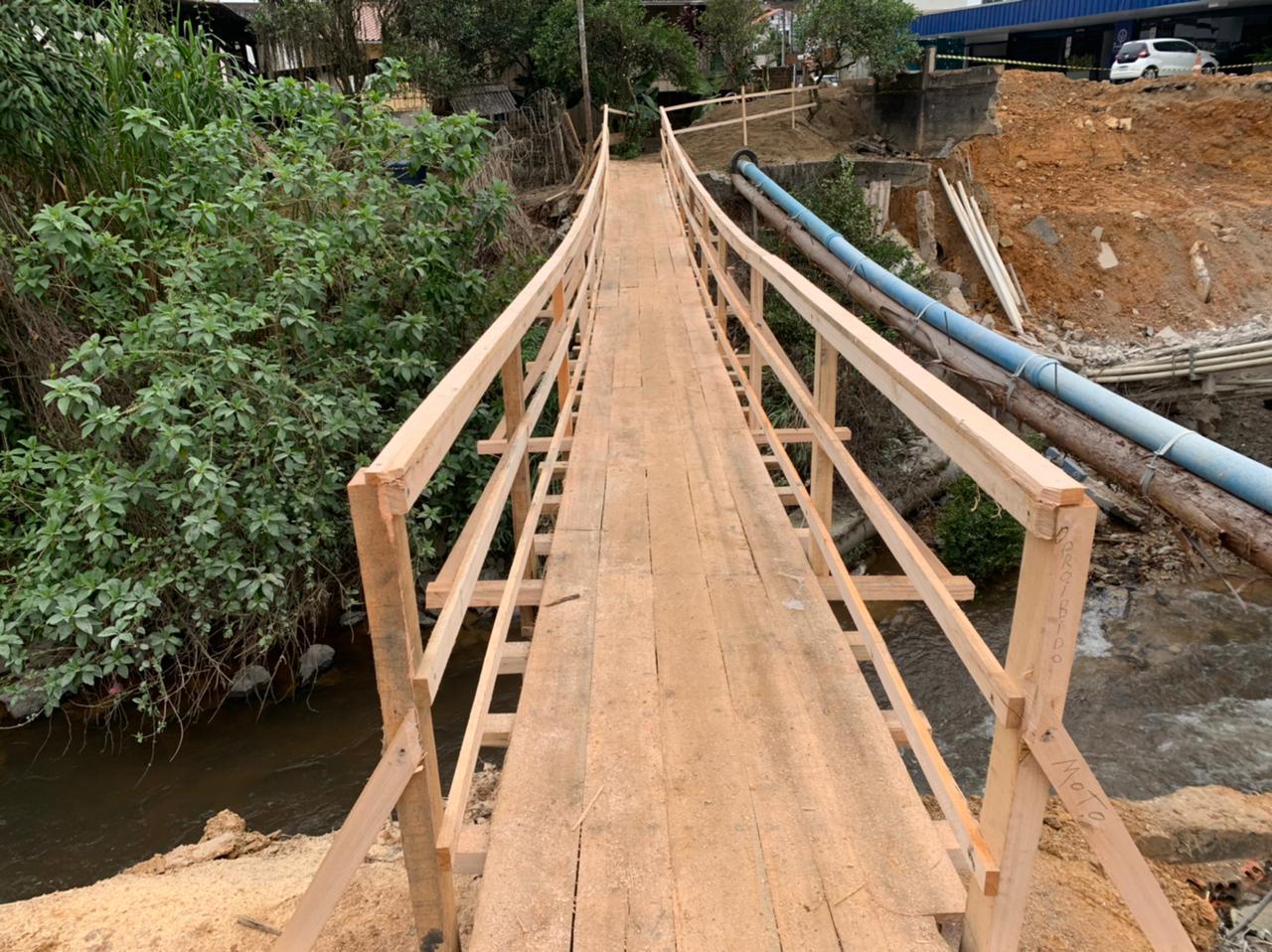 Prefeitura constrói passarela de madeira no Guarani