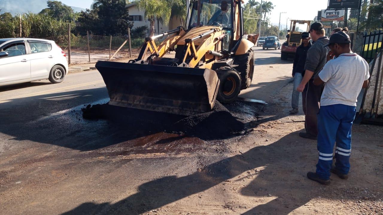 Secretaria de Obras realiza operação tapa-buracos em seis bairros