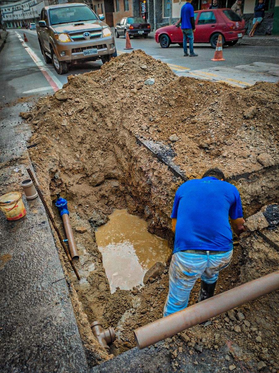 Samae realiza obra para melhorar pressão de água na rua Guilherme Ristow