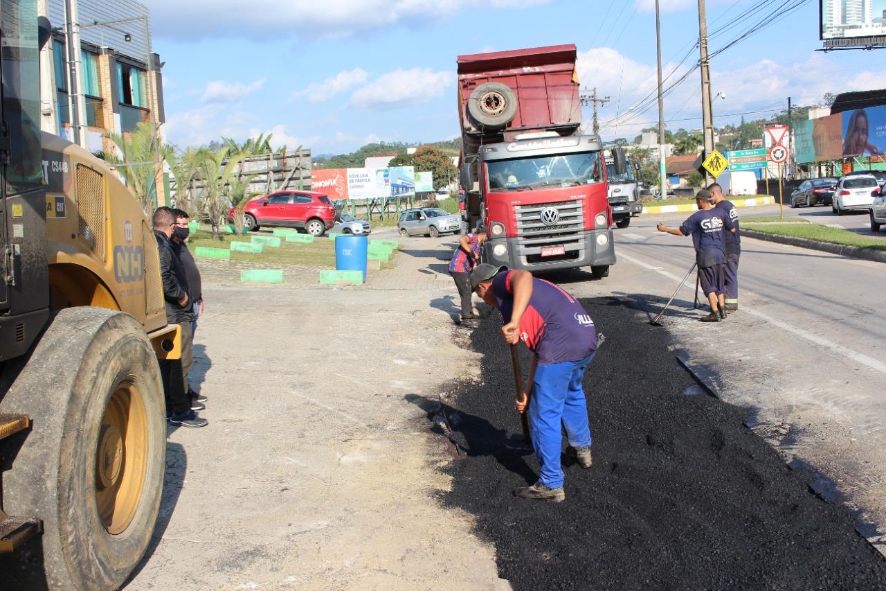 Samae executa nova pavimentação na avenida Hugo Schlosser