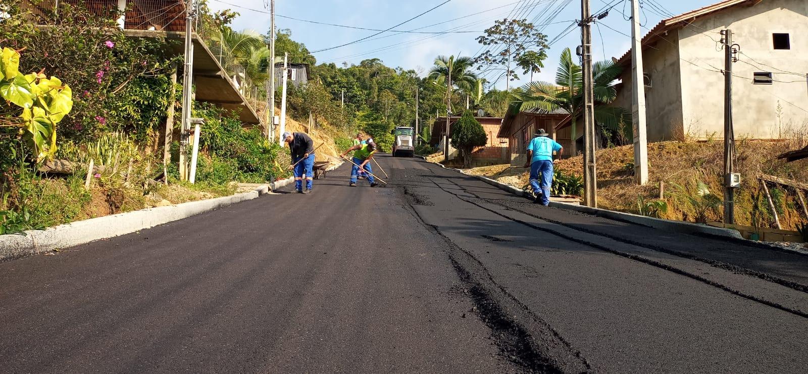 Ruas DJ 24 e Arlindo Brogni, no bairro Dom Joaquim, recebem pavimentação