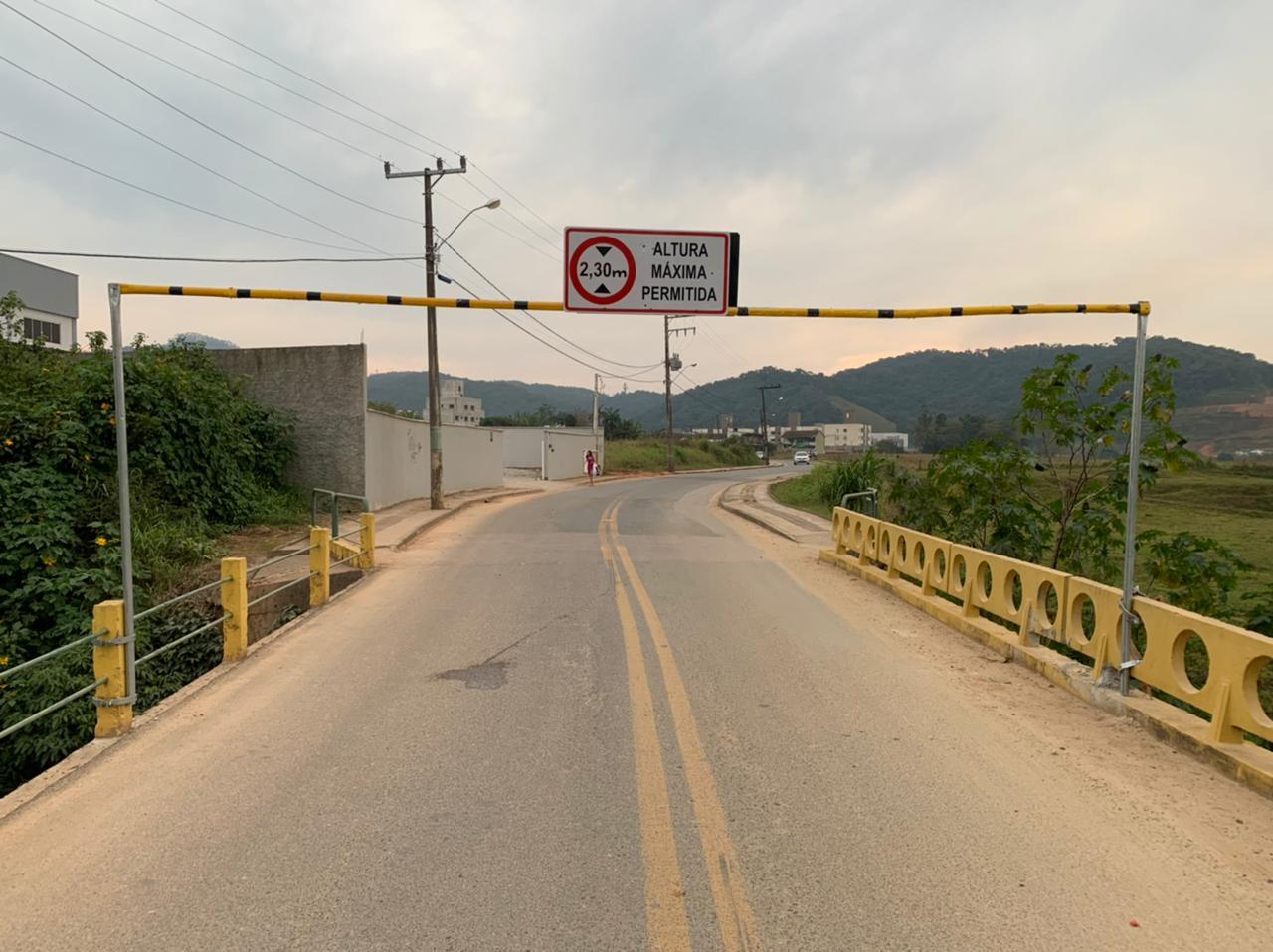 Ponte da rua DJ-003, Bairro Dom Joaquim, recebe trave de altura