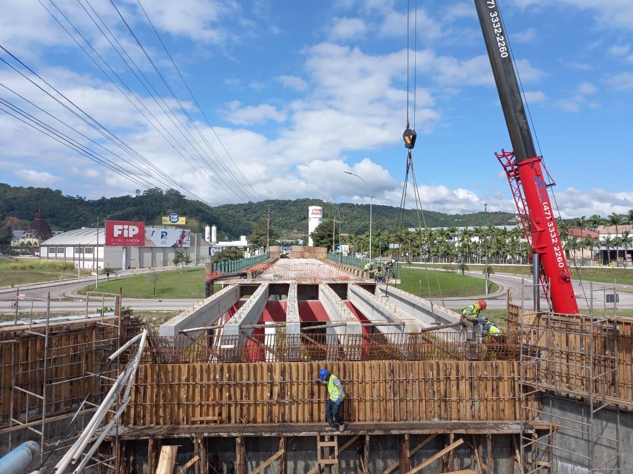 Concluída a colocação das vigas da cabeceira da ponte Santos Dumont