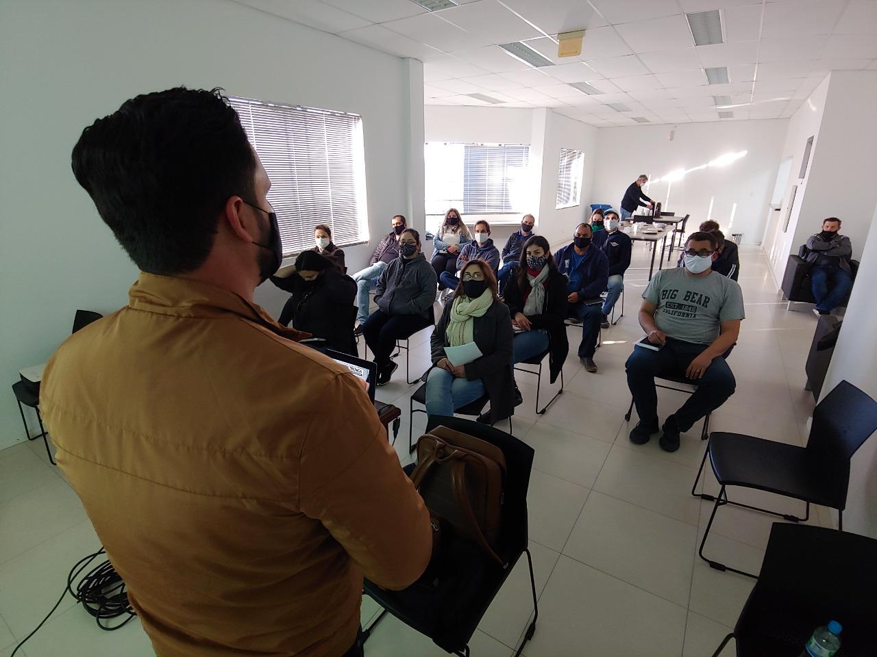 Servidores do Samae participam de palestra sobre licitações