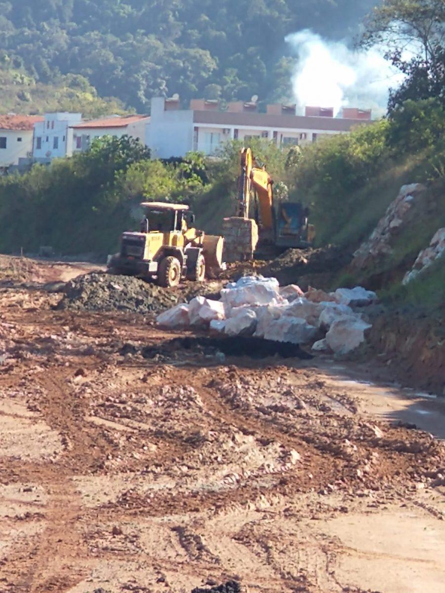 Confira as atividades da equipe de patrola e limpeza de valas da Secretaria de Obras