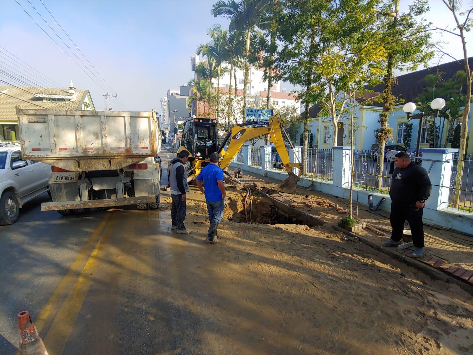 Samae atua em rompimento de rede na rua Hercílio Luz