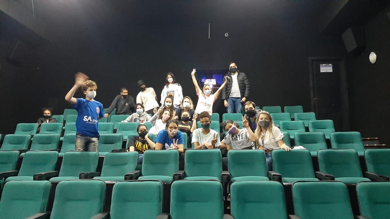 Crianças atendidas pelo CAPS comemoram o Dia da Infância no cinema