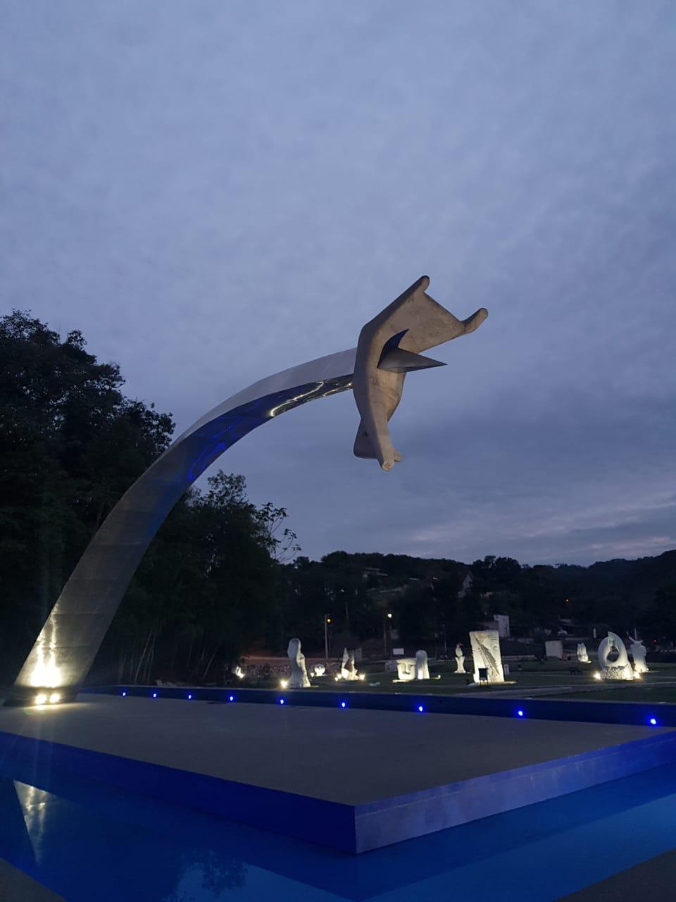Espelho d'água da obra de Oscar Niemeyer recebe iluminação colorida