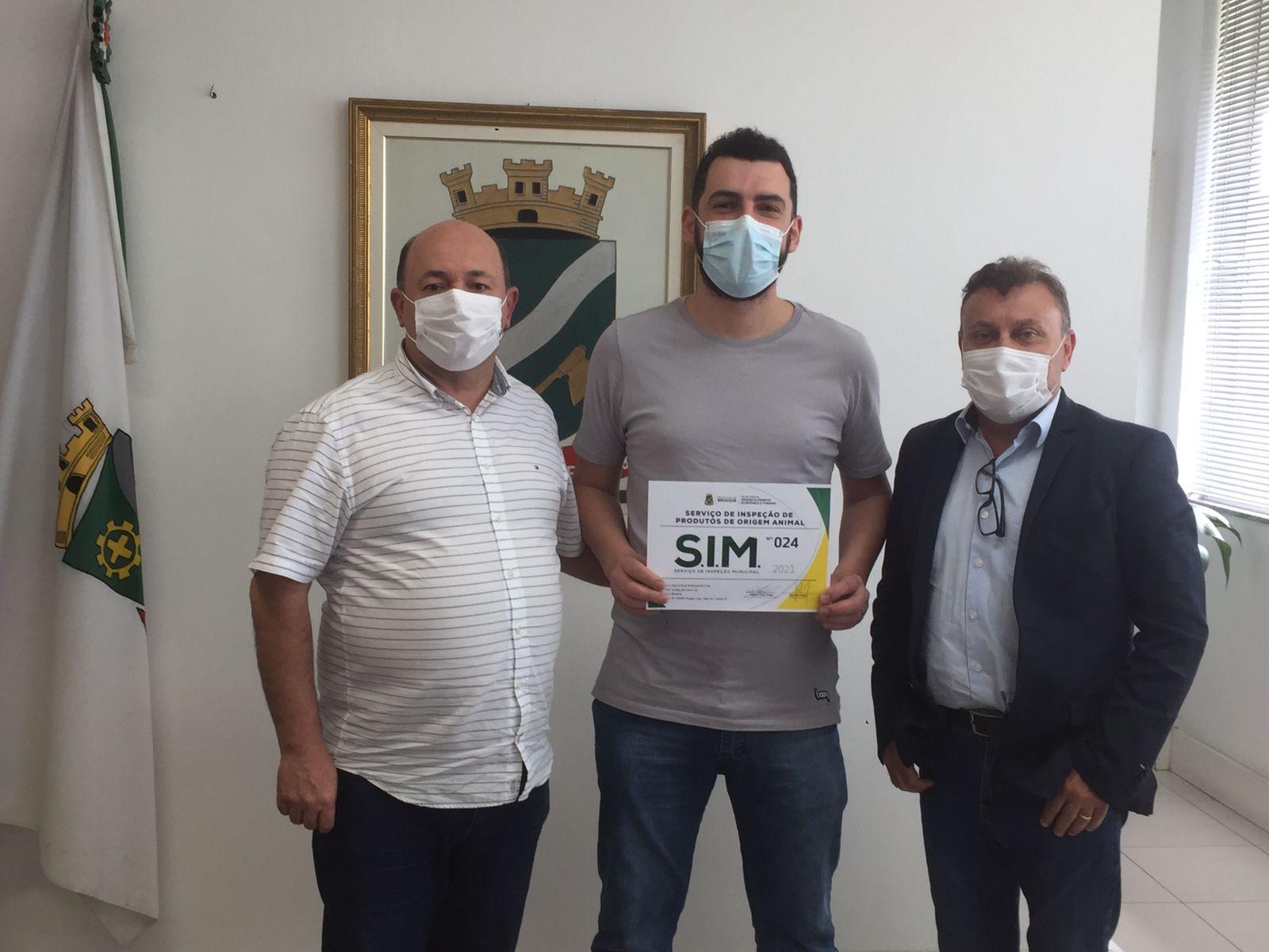 Prefeito Ari Vequi entrega certificado do Serviço de Inspeção Municipal a empresários