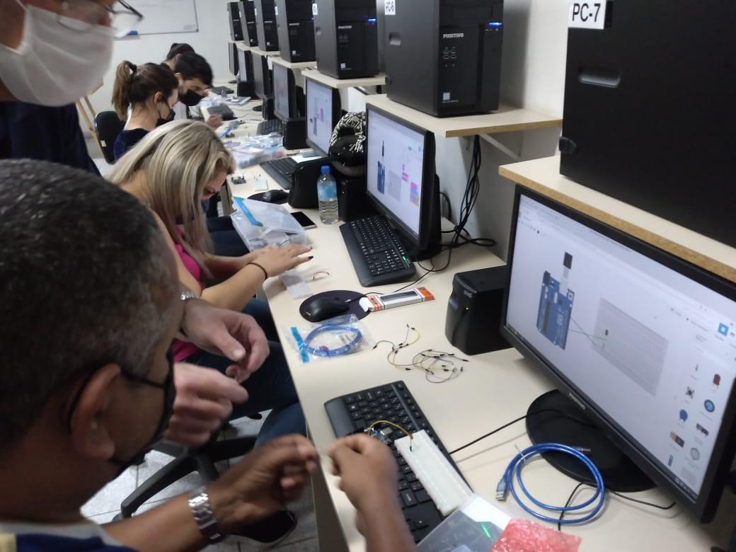 Profissionais da educação de Brusque recebem capacitação teórica e prática de robótica