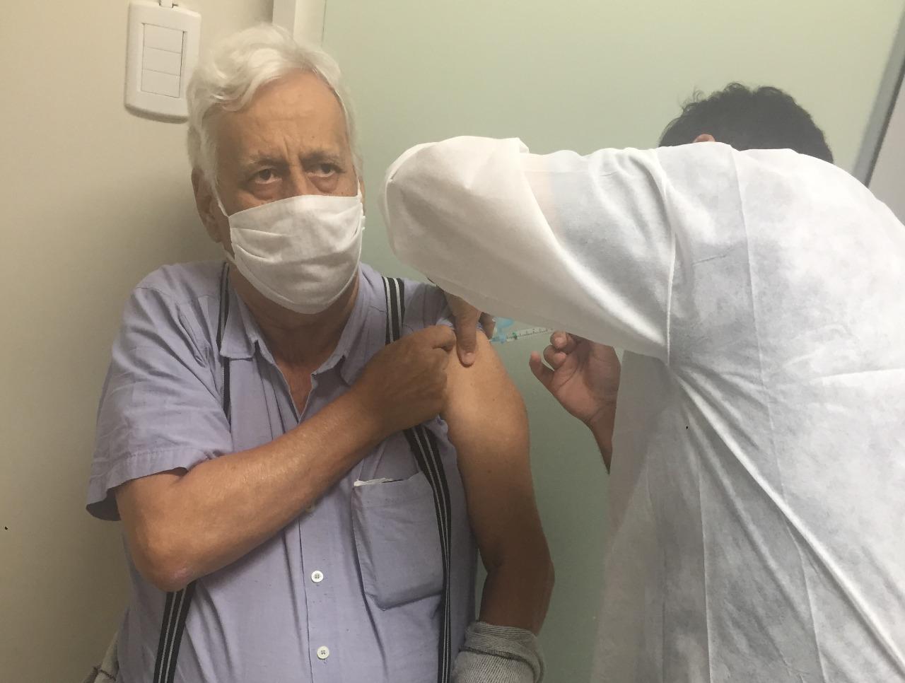 Covid-19: Brusque amplia para 75 anos ou mais público para receber a terceira dose da vacina