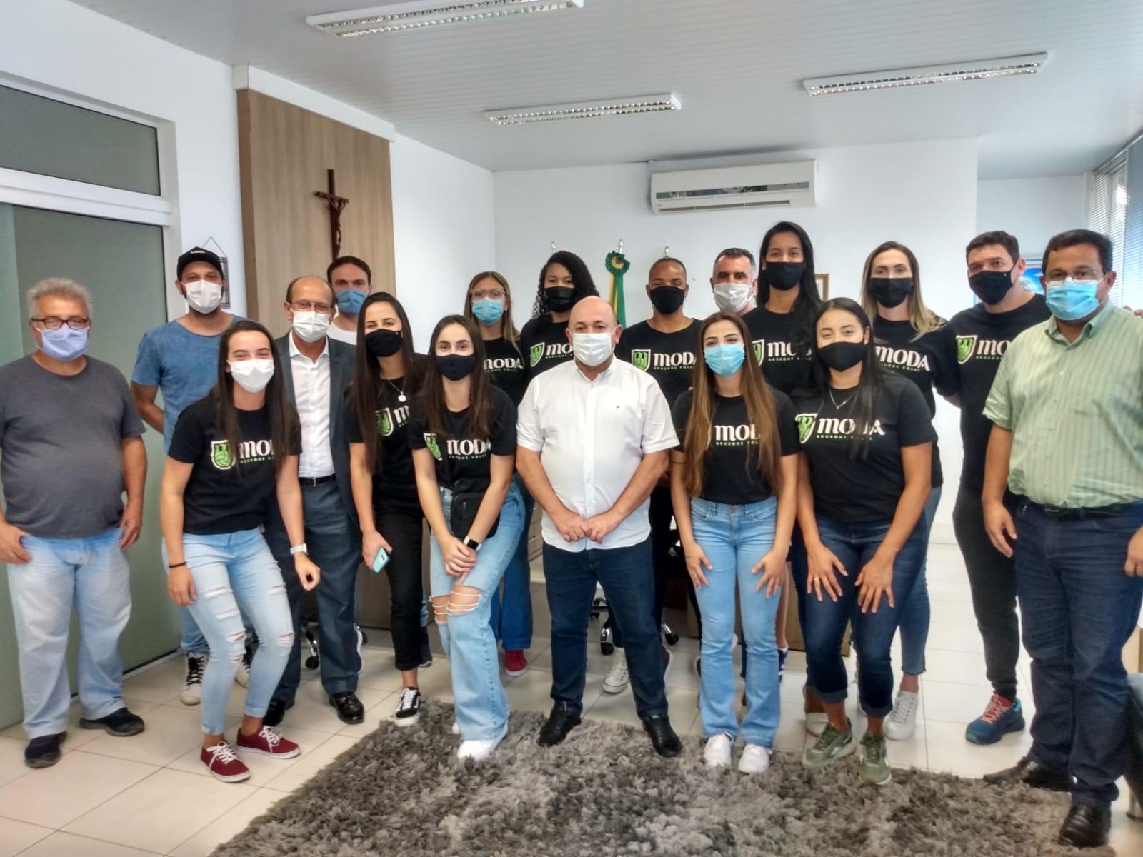 Equipe Moda Volêi Brusque visita prefeito Ari Vequi e vice Gilmar Doerner