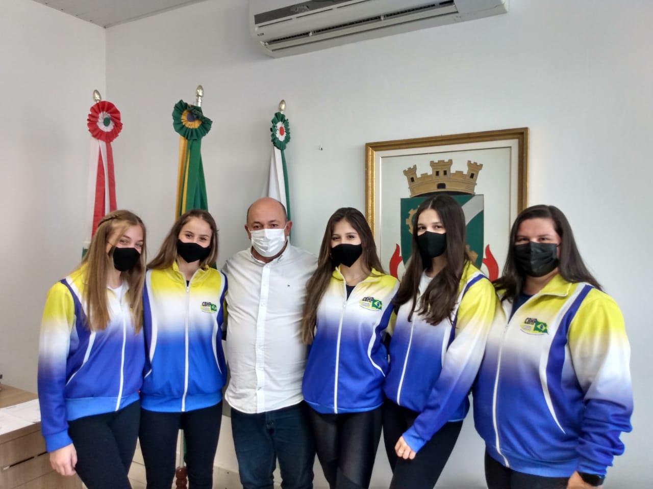 Atletas brusquenses vão representar o Brasil em mundial de patinação artística