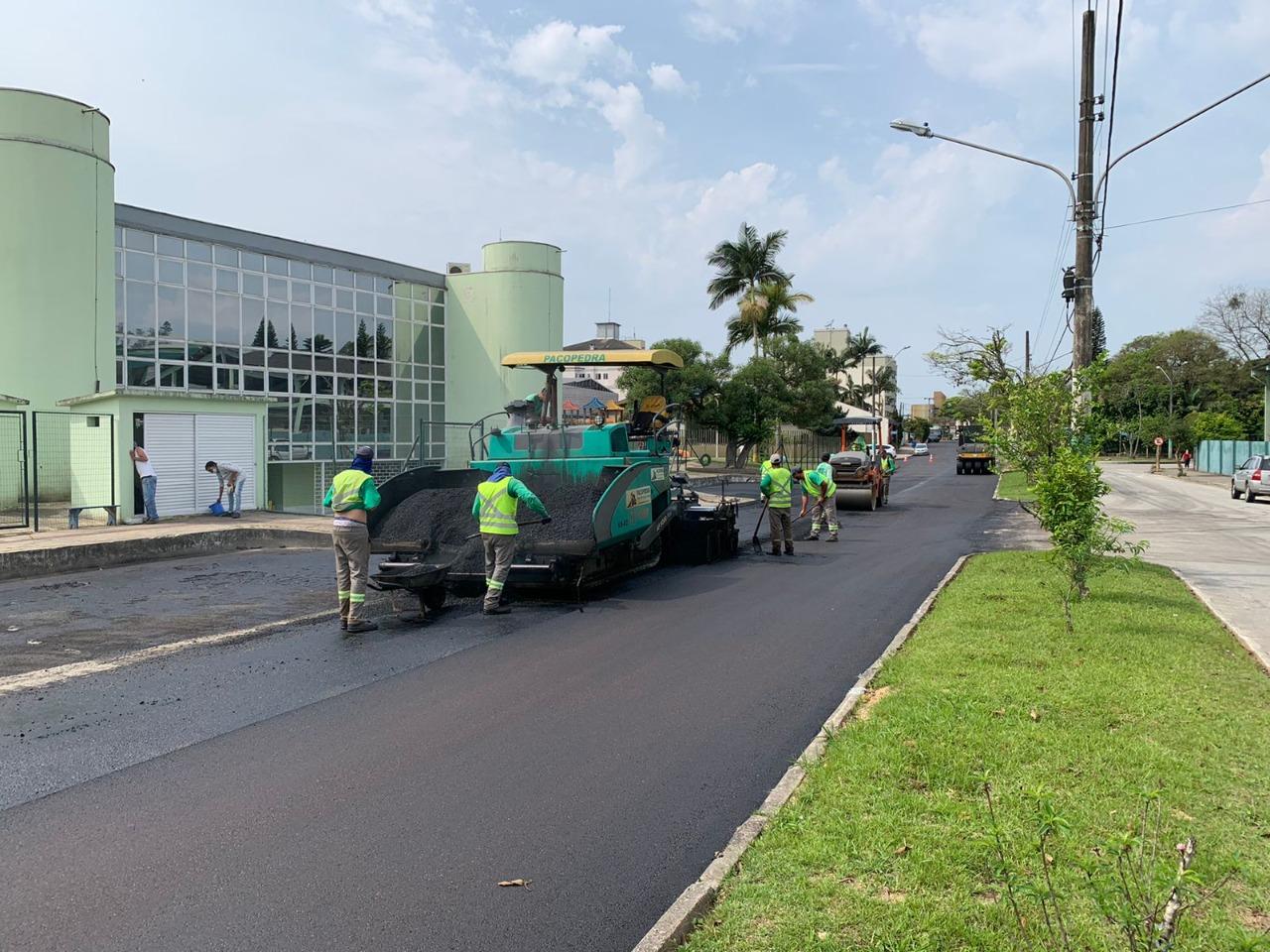 Rua Carlos Graf, no bairro Jardim Maluche, recebe serviço de recuperação asfáltica
