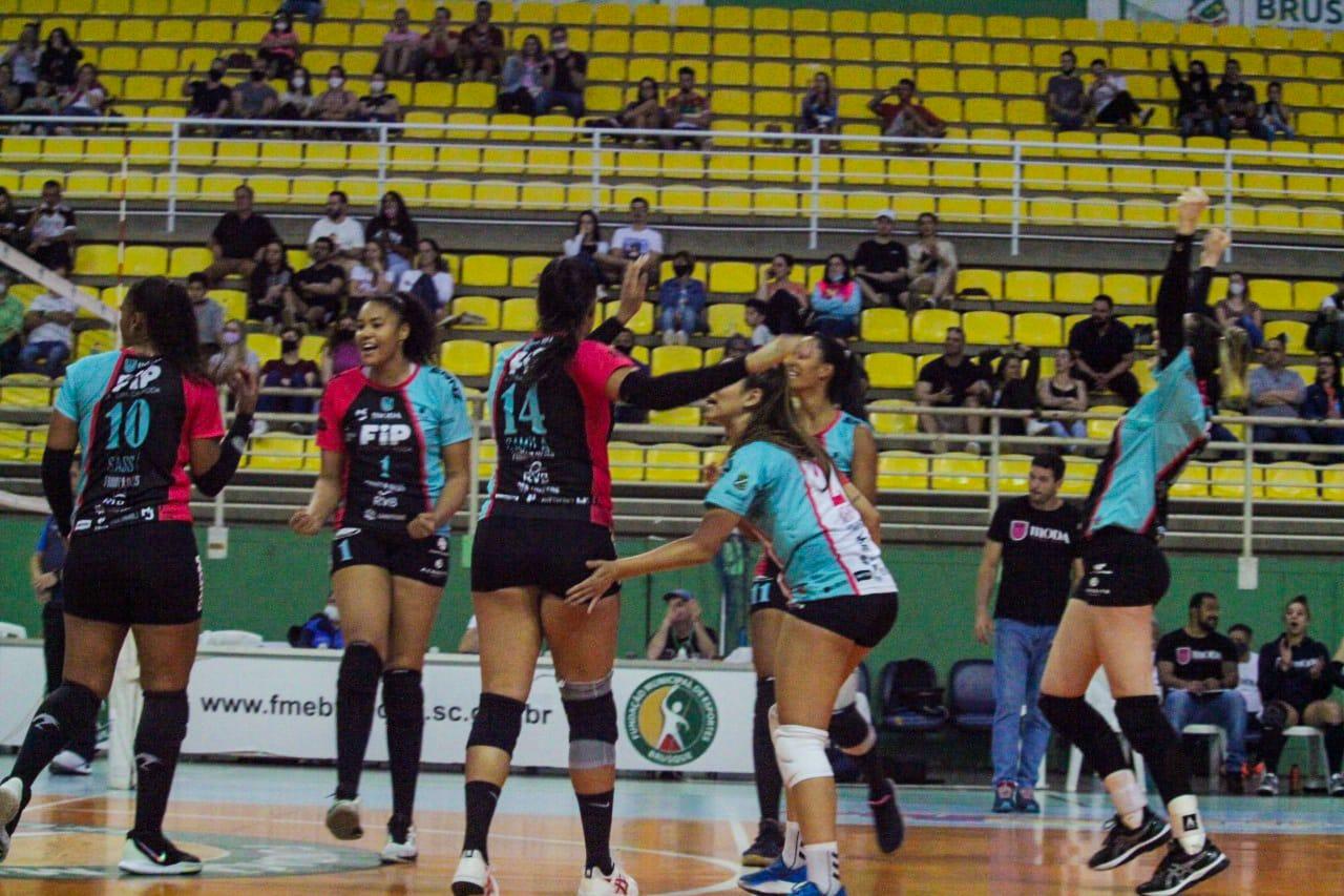 Brusque vence Itajaí e fica em primeiro lugar na etapa classificatória do Estadual de Vôlei Feminino