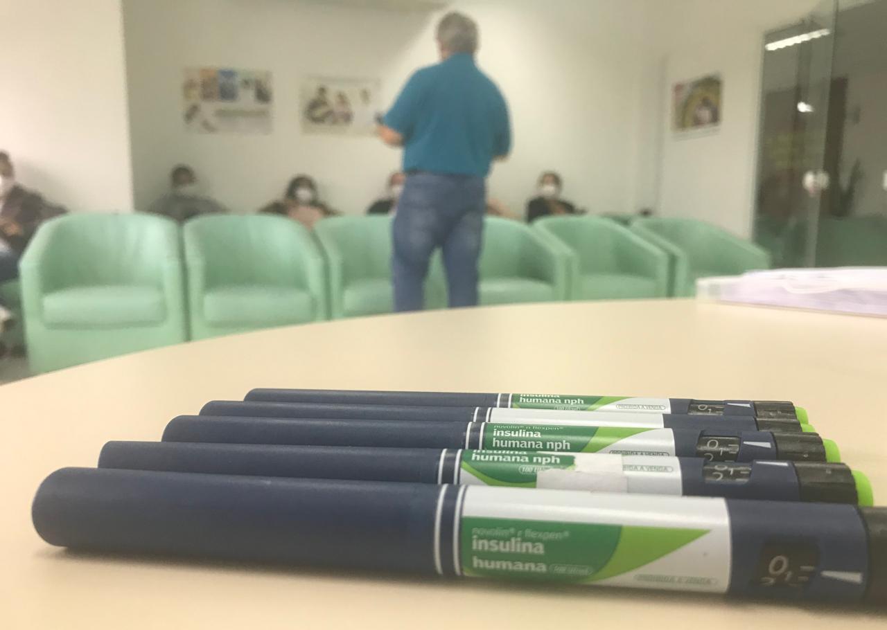 Técnicos em enfermagem passam por capacitação sobre uso de dispositivos para aplicação de insulina