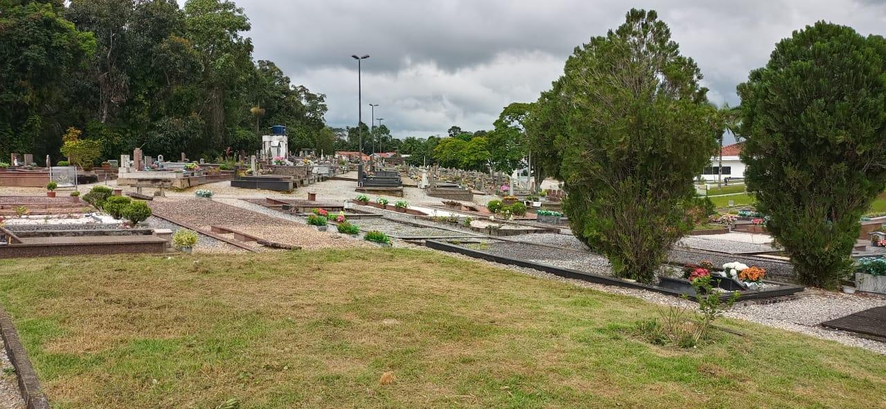 Secretaria de Obras trabalha na manutenção do cemitério Parque da Saudade