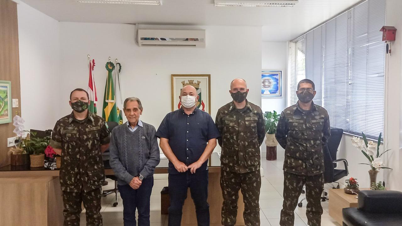 Prefeito Ari Vequi recebe Gen Bda Ronaldo Morais Brancalione